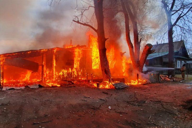 В Красноуральске сгорел частный дом и автомобиль Lada Granta