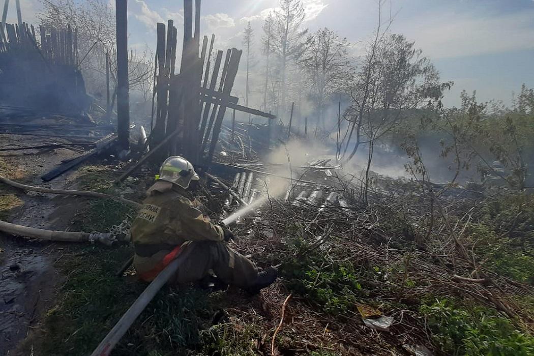 Огонь на улице Тружеников в Екатеринбурге потушен