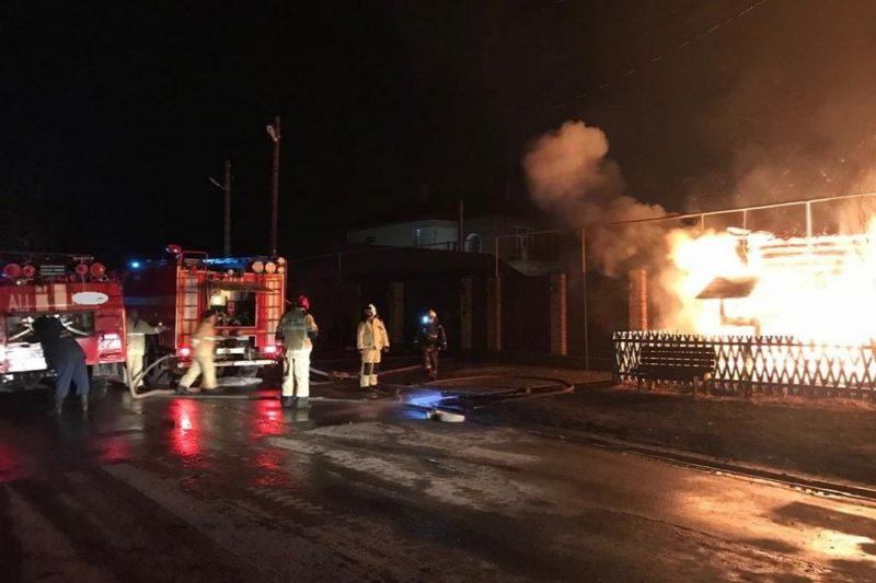 Ночью в Екатеринбурге сгорел жилой дом в Шабровском