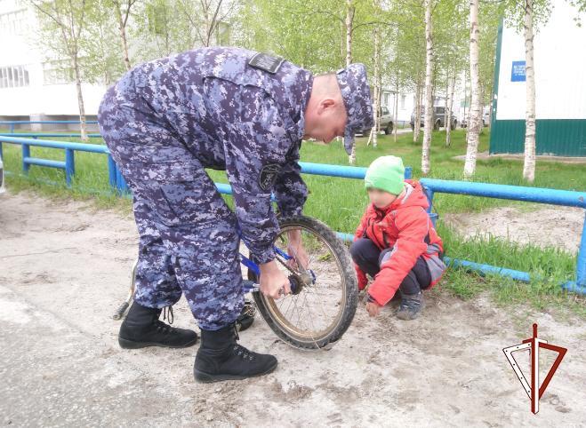 В Югре росгвардейцы помогли школьнику, попавшему в трудную ситуацию