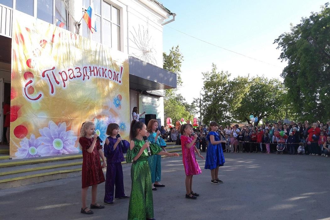 Концерт + дети + праздник + девочки поют + песни