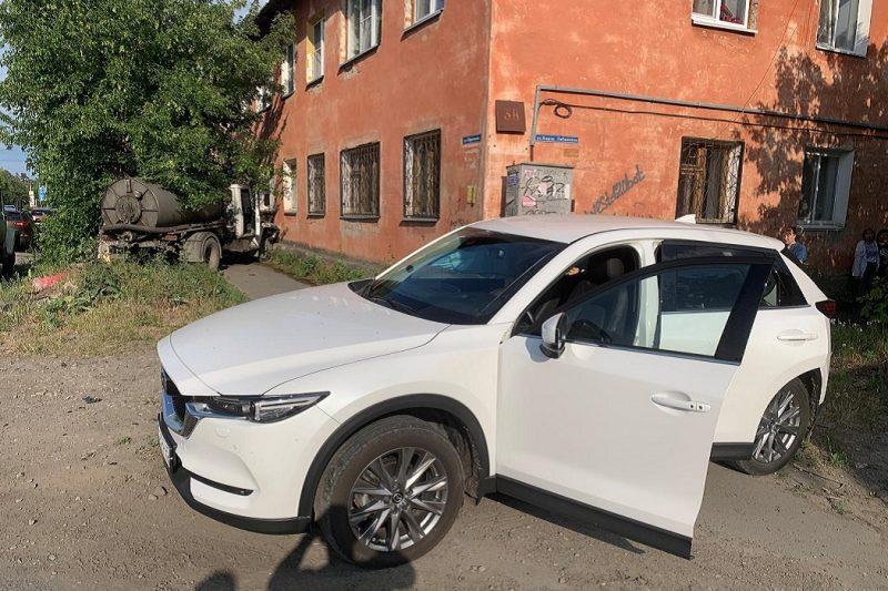 Машина + автомобиль + авария + ДТП + дом + Мазда + Mazda