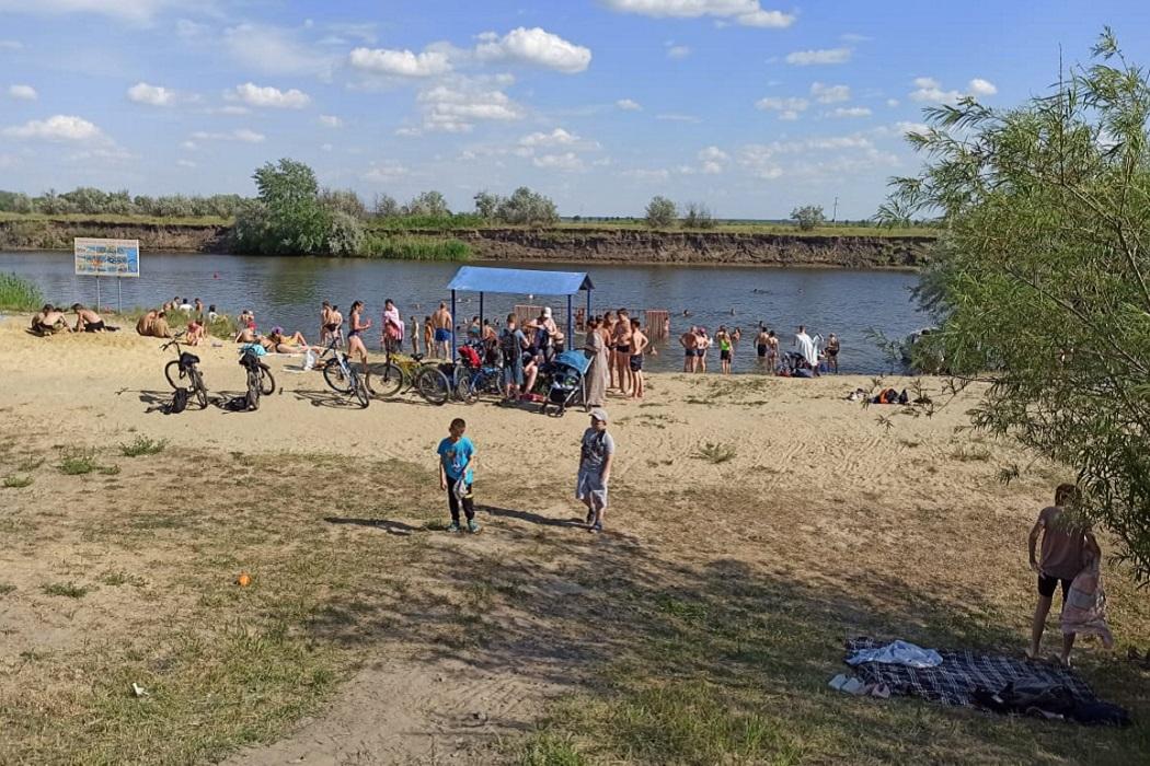 Пляж + люди + водоём + купание + загар + река + лето + отдых на воде