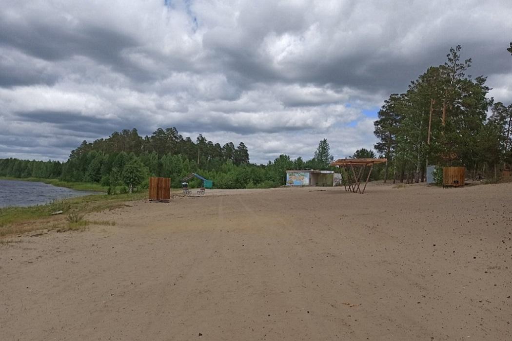 Пляж + песок + кабинки для переодевания + река + озеро + водоём + навес