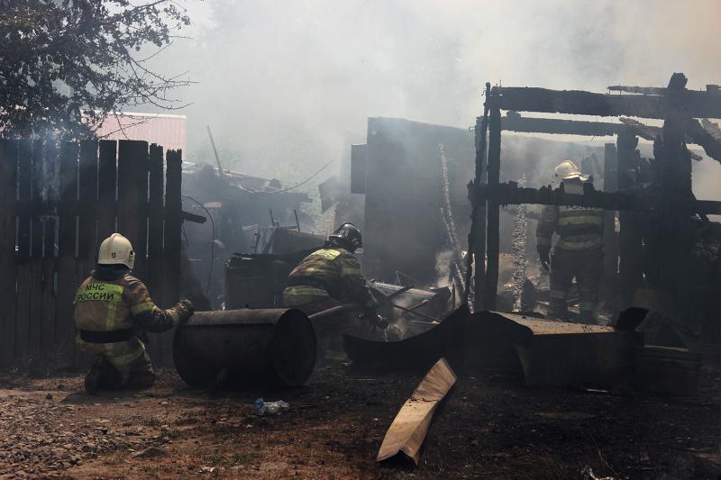 Почти 70 пожарных тушили деревянную двухэтажку в Тюмени 1