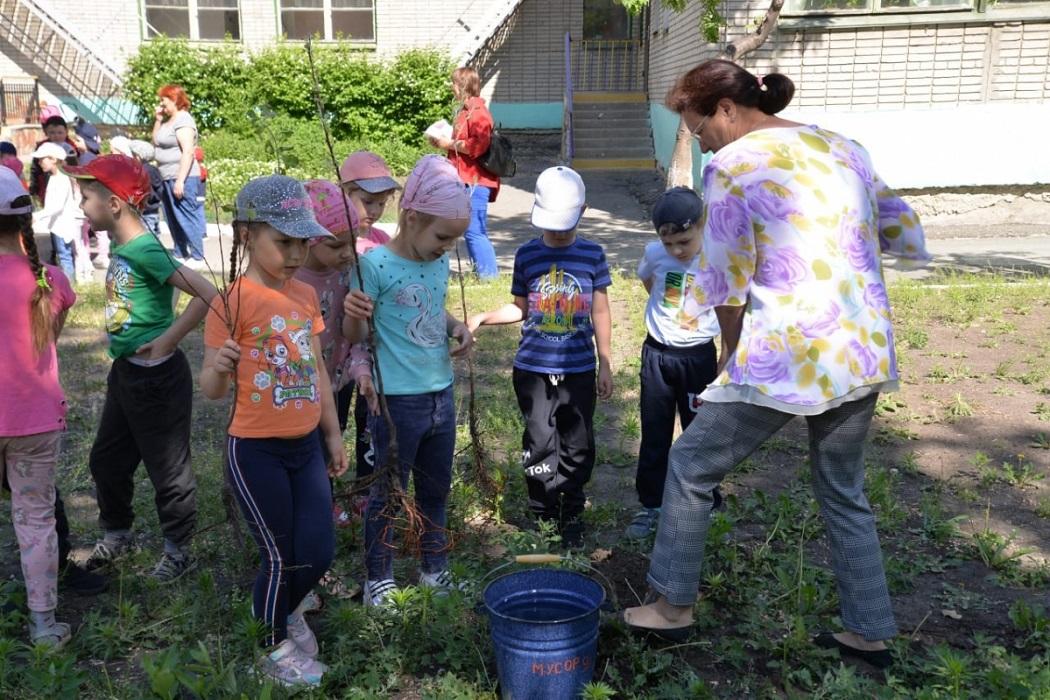 Посадка деревьев + высадка деревьев + дети высаживают деревья
