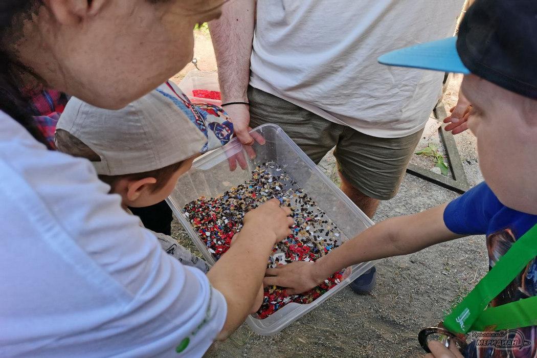 Свердловские волонтеры шьют сумки из баннеров и перерабатывают пластик