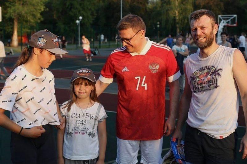 Текслер поздравил южноуральцев с Днём молодёжи сыграв в баскетбол