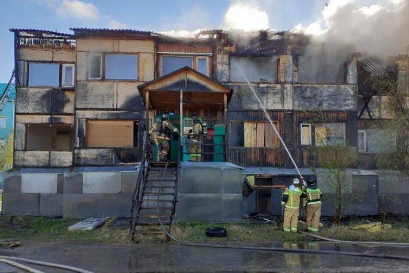 В Муравленко загорелась деревянная двухэтажка