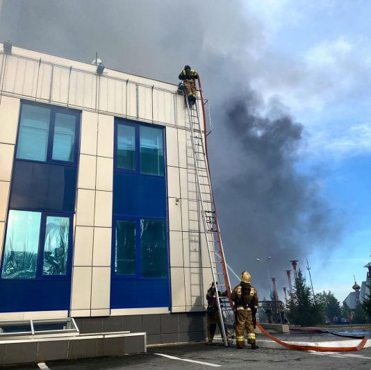 В Новом Уренгое загорелся деловой центр «Строитель» 2