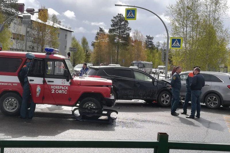 В Ноябрьске автомобиль пожарных попал в аварию по дороге на вызо