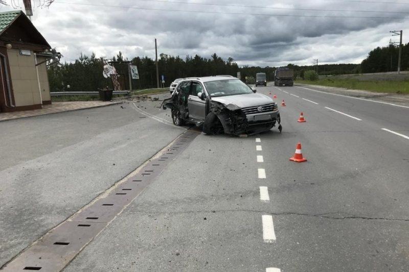 В Сургуте водитель иномарки снес дорожное ограждение и сбил пешехода