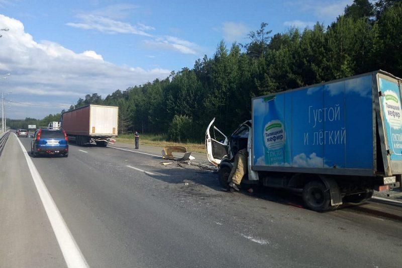В ДТП в Екатеринбурге кабину «газели» смяло при столкновении с фурой