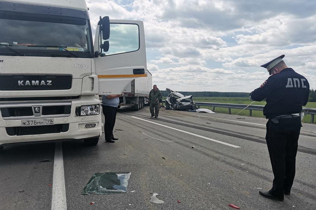 Водитель Lada Priora погиб при столкновении с двумя фурами на ЕКАД