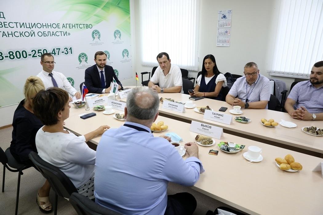 Чиновники + бизнесмены + совещание + круглый стол
