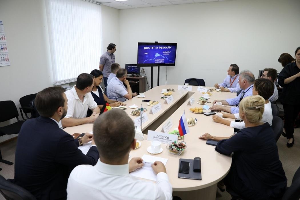 Чиновники + совещение + бизнесмены + круглый стол