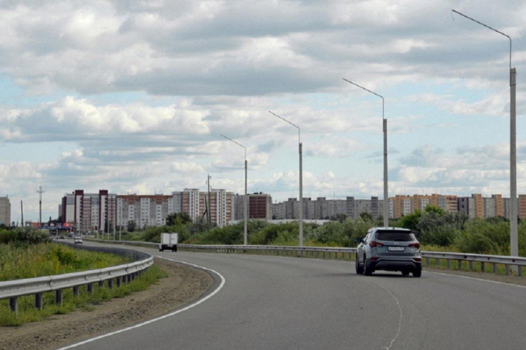 Дорога + фонари + мачты освещения + автомобиль + машина + город