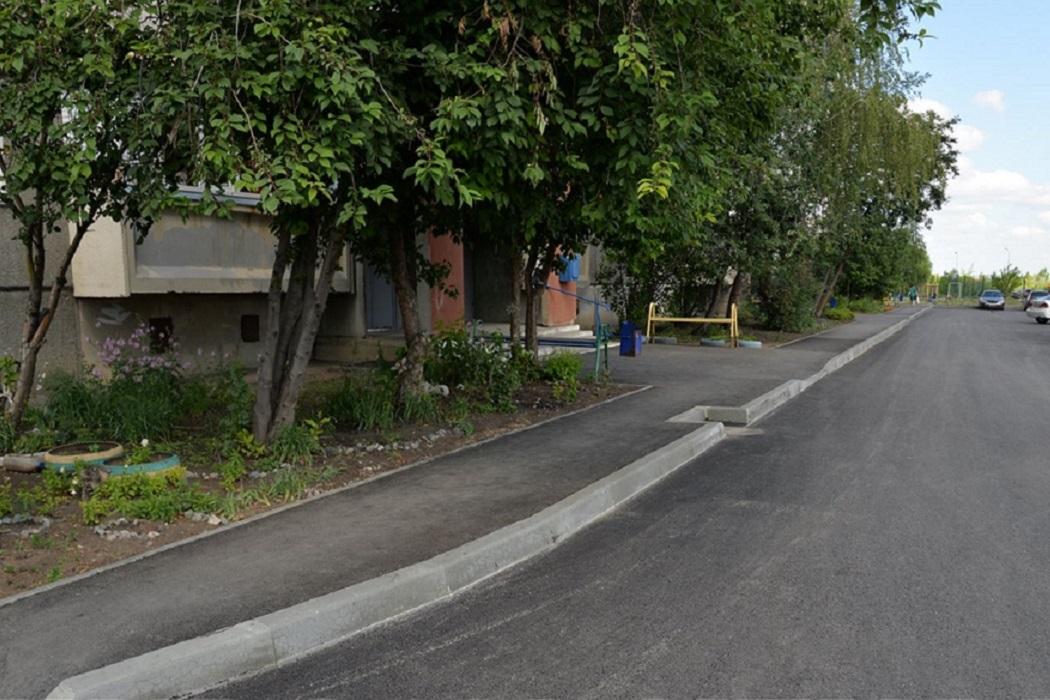Двор + деревья + дорога + бордюр + подъезд