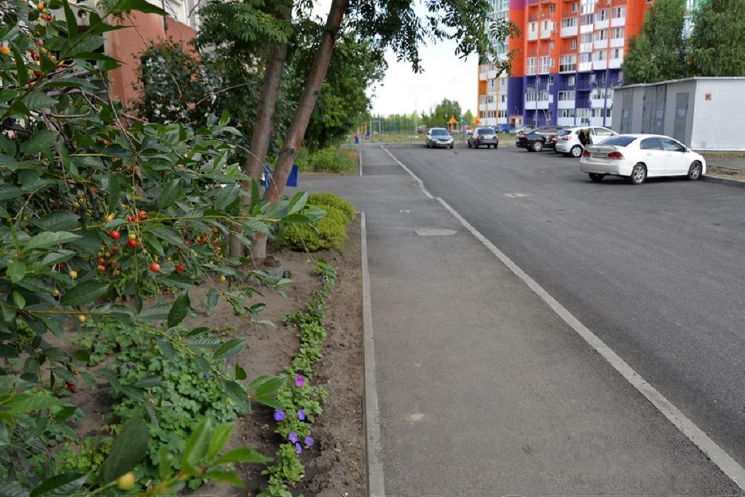 Двор + тротуар + деревья + машины + автомобили + парковка + пешеходная дорожка + благоустройство + двор + Курган