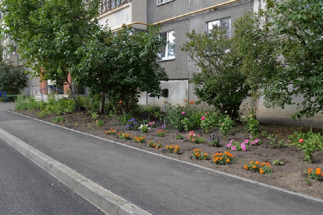 Двор + уличные цветы + деревья + благоустройство + пешеходная дорожка + дом + Курган