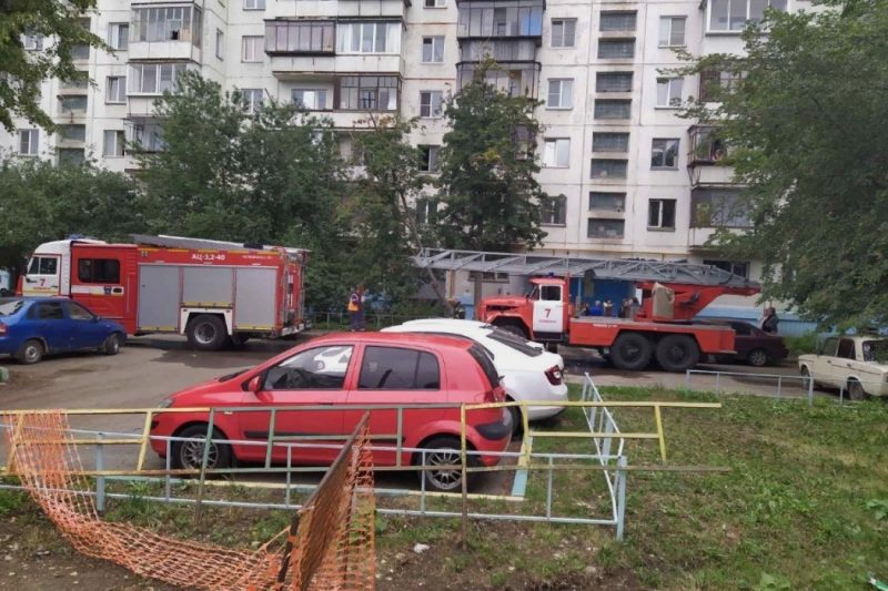 Двух девочек на балконе многоэтажки спасли от пожара в Челябинске
