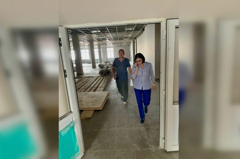 Котова проверила строительство школы на 22 000 квадратных метров