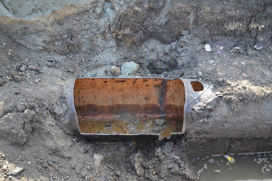 Старая труба + авария + водопровод + дыра + ржавчина + коллектор + ржавый коллектор