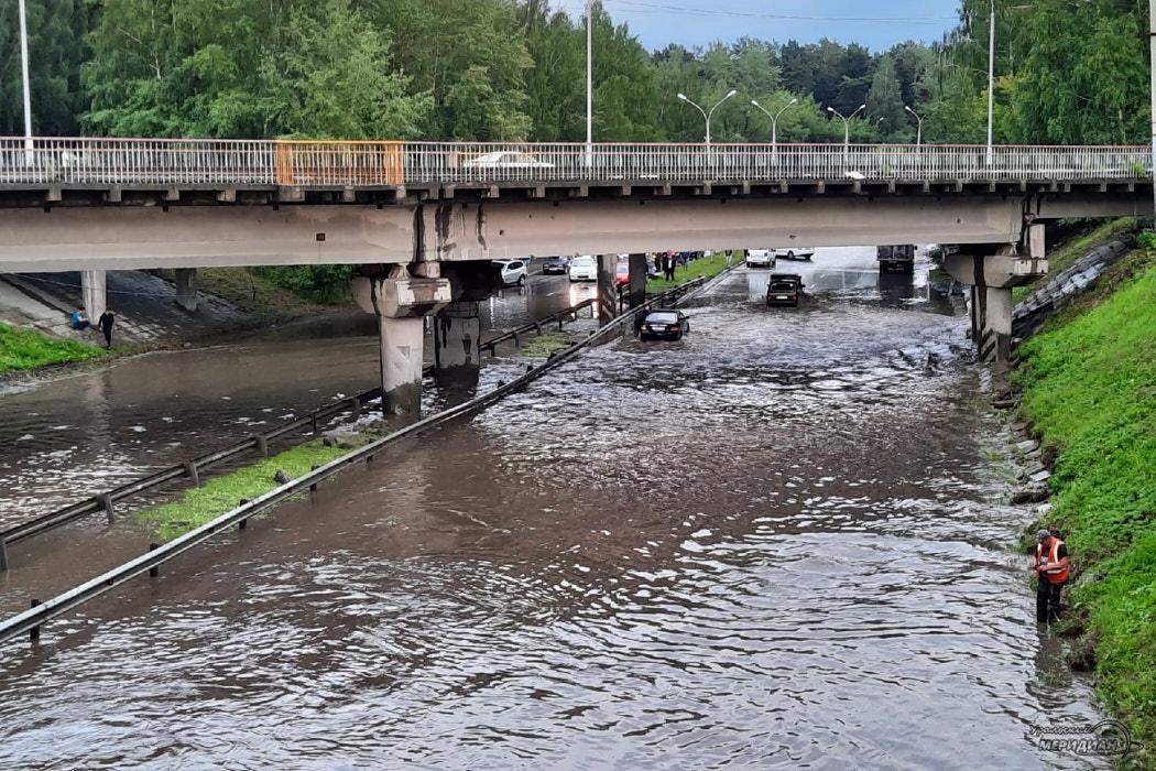 В Екатеринбурге после дождя затопило улицу Проезжую