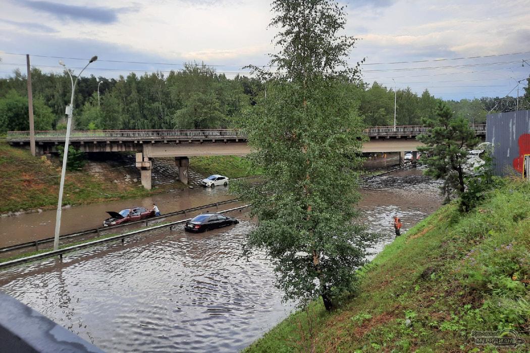 В Екатеринбурге из-за ливня затопило улицы и три торговых центра