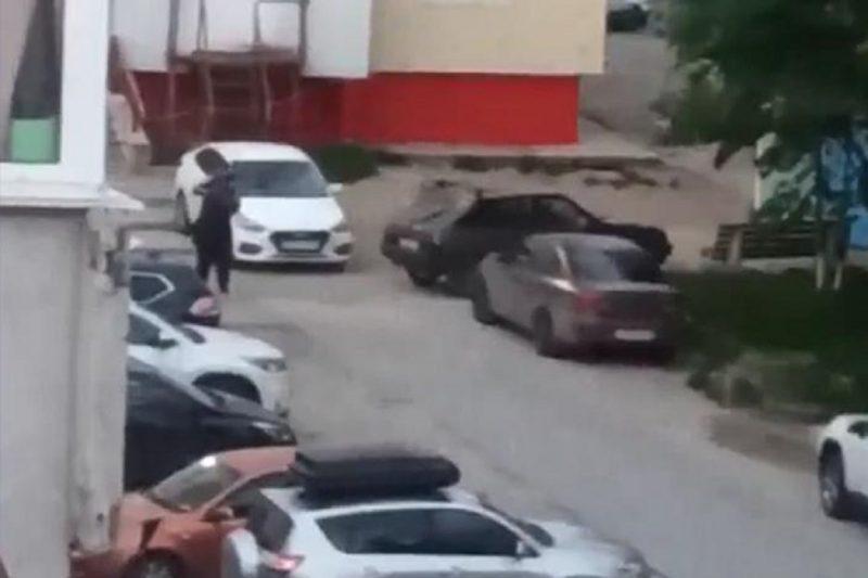В Ноябрьске мужчина избил девушку во дворе жилого дома