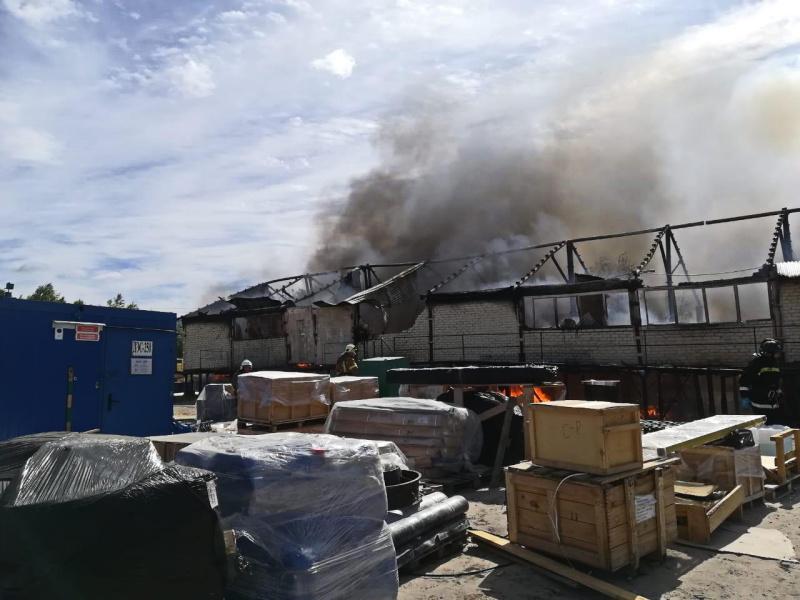 В Тарко-Сале горел промышленный склад