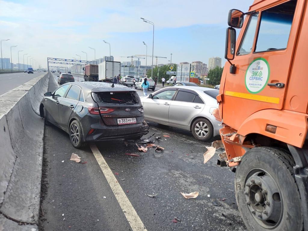 В Тюмени в массовой аварии с тремя грузовиками пострадал мужчина 4