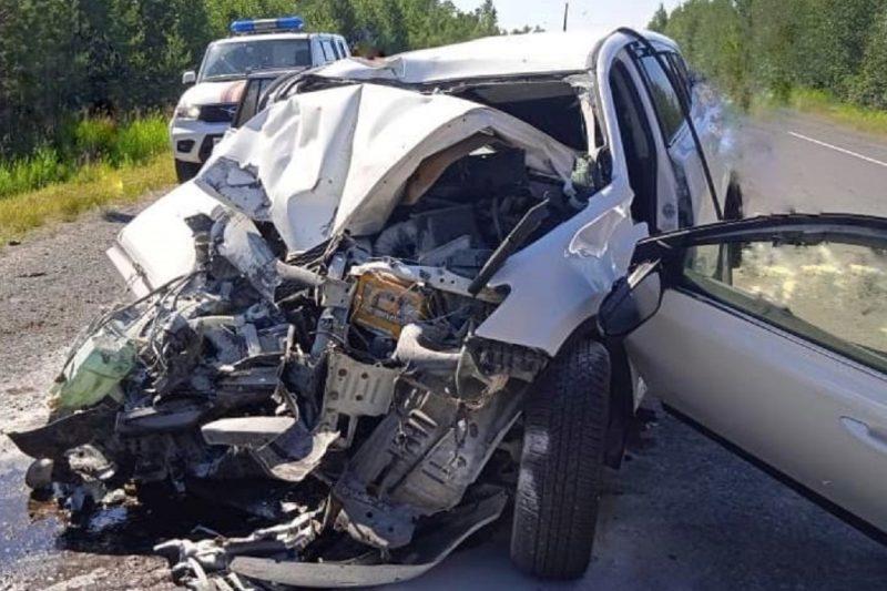 В Югре иномарка влетела в КАМАЗ, женщина погибла