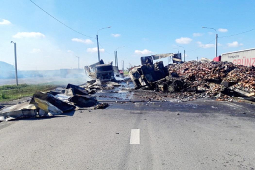На трассе в Курганской области сгорели две фуры