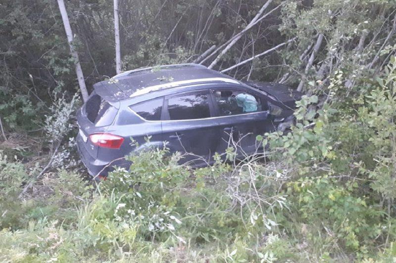 На Урале Ford с шестью детьми в салоне столкнулся с BMW и въехал в дерево