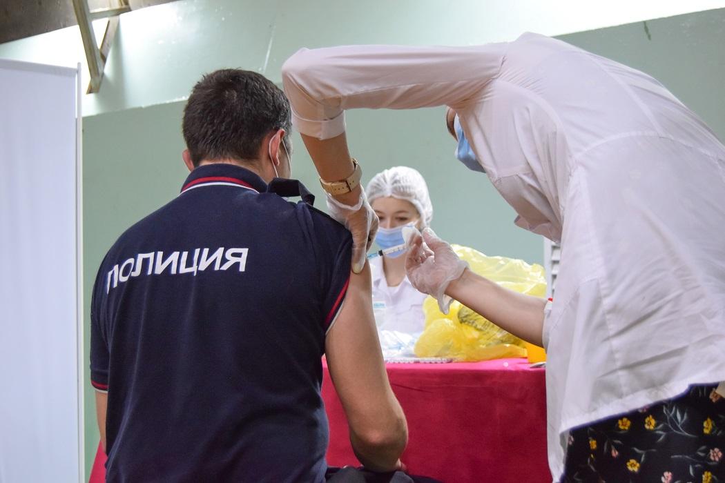 Массовая вакцинация полицейских от коронавируса проходит в Екатеринбурге