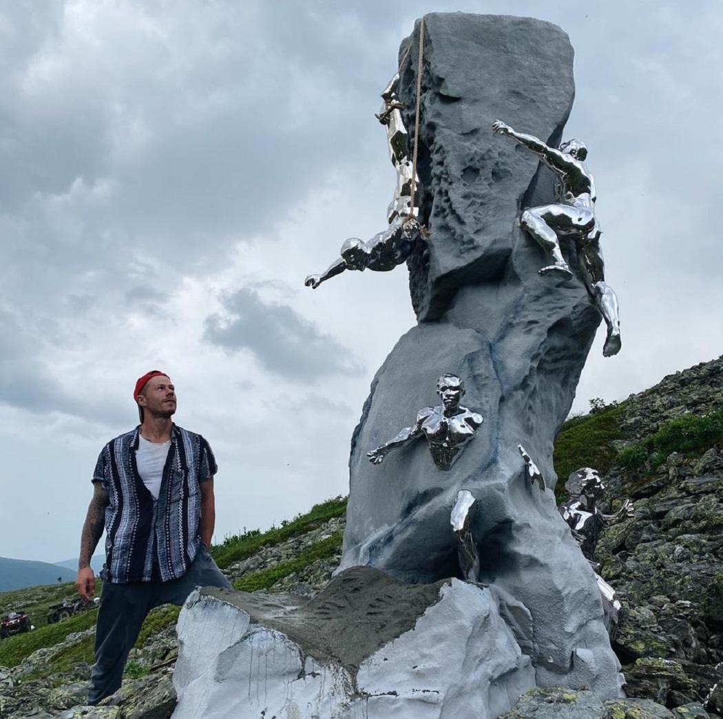 На Перевале Дятлова установили 4-метровый памятник погибшим студентам