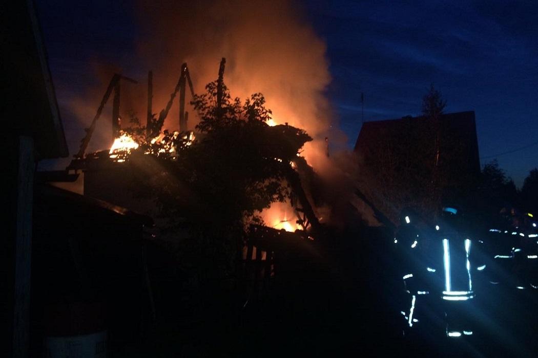 Ночью в Екатеринбурге на ЕКАД сгорели два садовых дома и автомобиль