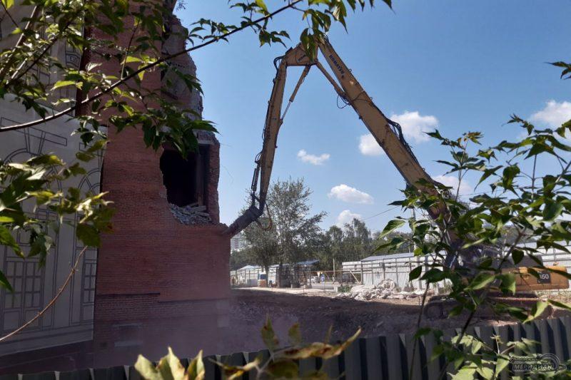 В Екатеринбурге начался снос недостроенной гостиницы «Дели»
