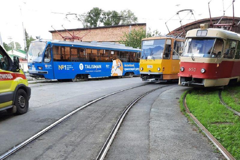 Трамвай сбил женщину-кондуктора на кольце ВИЗа в Екатеринбурге