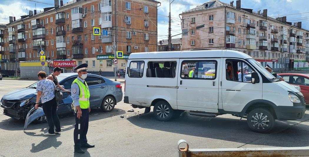 В Нижнем Тагиле водитель KIA устроил ДТП с маршруткой из-за яркого солнца