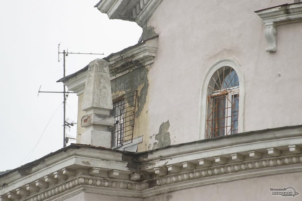 В Екатеринбурге на доме-памятнике потрескавшиеся шары напугали жителей