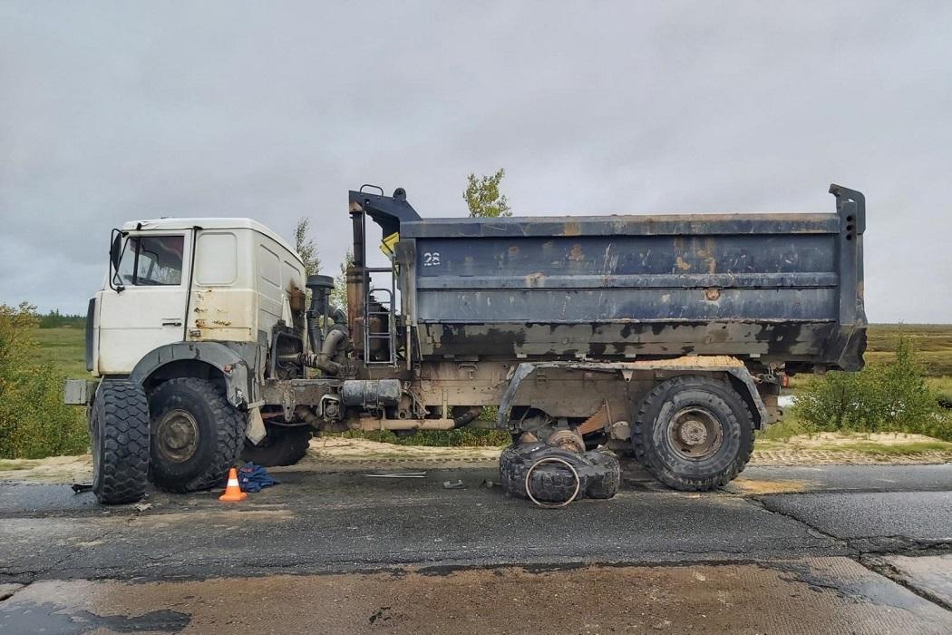 На Ямале водитель «Урала» сбил водителя грузовика, менявшего колесо 1