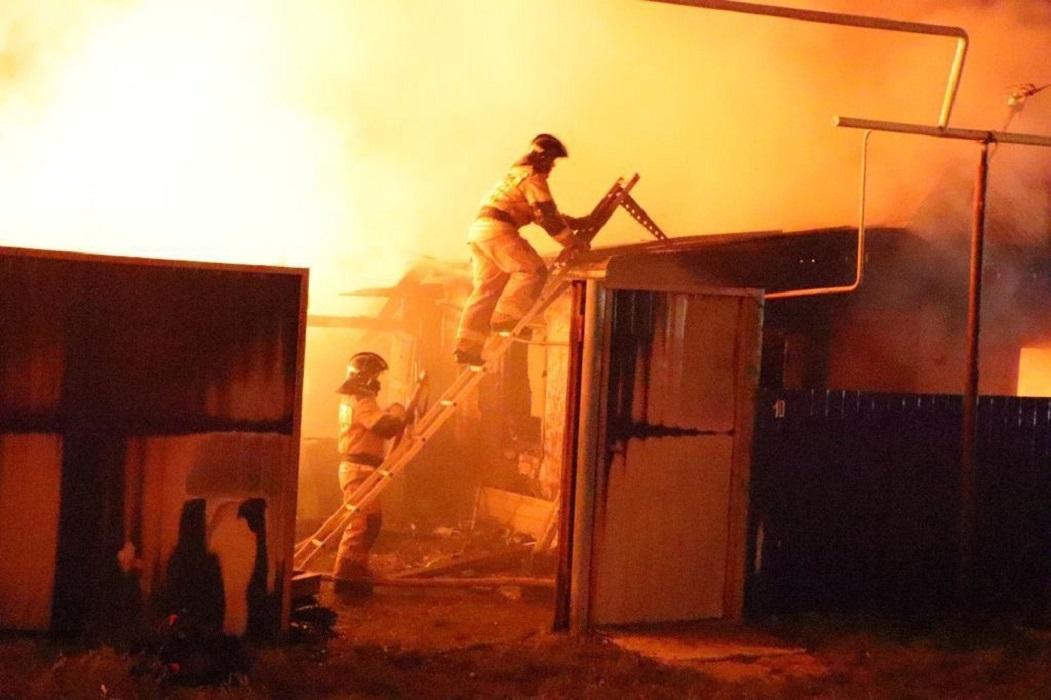 Пожар + пожарные + дым + горит