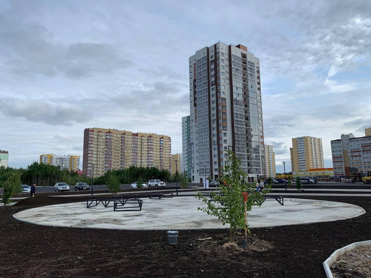 Сквер «Семьи, любви и верности» в 15-м мкрн Тобольска готов на 80%