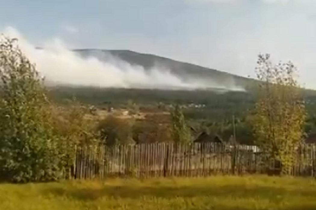На горе Качканар разгорается лесной пожар с юго-западной стороны