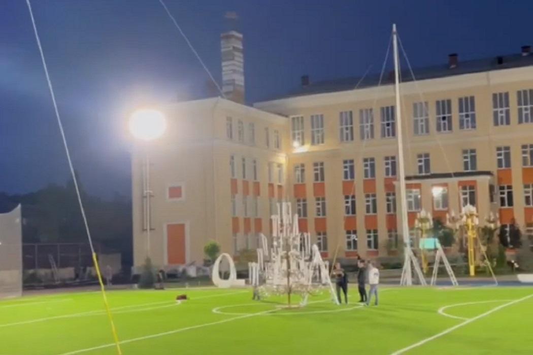 На Вторчермете над стадионом школы №106 повесили огромную люстру