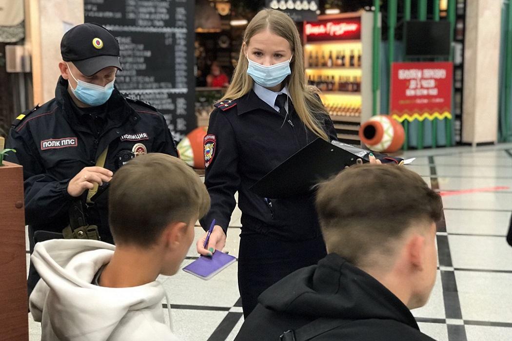 Ночью в Екатеринбурге на Вайнера полиция задержала четверых подростков