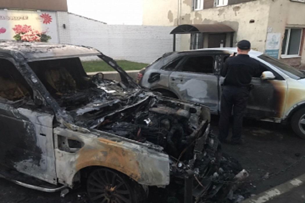В Екатеринбурге двое мужчин подожгли машину местного предпринимателя