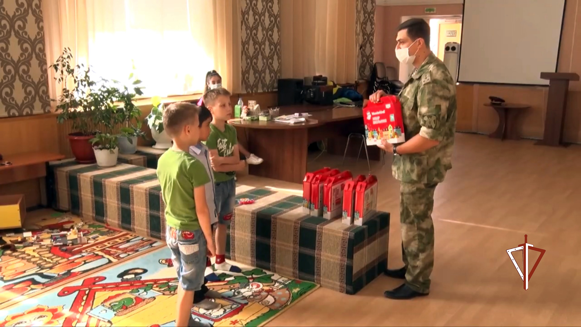 В Югре представители Росгвардии присоединились к благотворительной акции «Собери ребёнка в школу»
